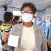 Yvette Ribaira, membre du personnel de santé à Madagascar, est fière d'être vaccinée contre la Covid-19.