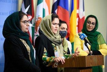 مجموعة من النساء الأفغانيات يتحدثن إلى الصحفيين في المقر الدائم، في سياق المناقشة المفتوحة لمجلس الأمن حول المرأة والسلام والأمن.