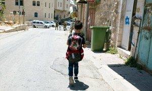 在新冠疫情关闭学校之前,希伯伦老城的孩子们必须通过一个军事检查站才能上课。