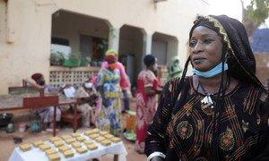 Dans le centre du Mali, Tata Toure aide les femmes à jouer un rôle moteur dans leur communauté. Pendant la pandémie de Covid-19, elle a organisé la formation d'un grand nombre d'associations de femmes à la fabrication du savon.