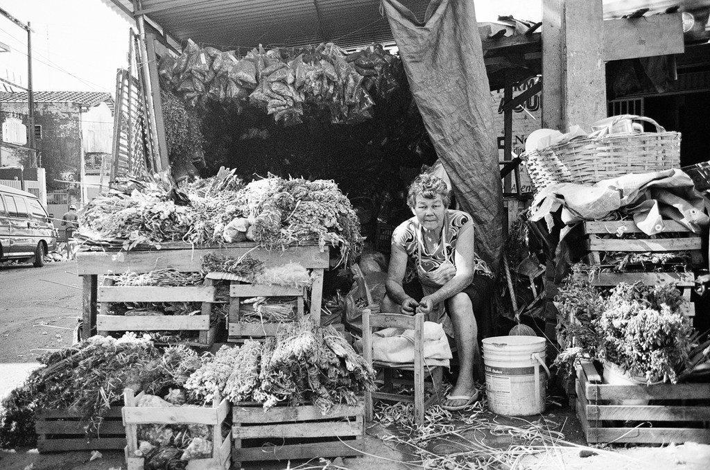 Vendedora de yuyos en el Mercado 4 de Asunción, Paraguay