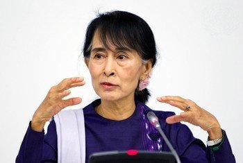 म्याँमार में नेशनल लीग फ़ॉर डेमोक्रैसी की नेता आँग सान सू ची, न्यूयॉर्क स्थित यूएन मुख्यालय में एक बैठक को सम्बोधिक करते हुए. (फ़ाइल फ़ोटो)