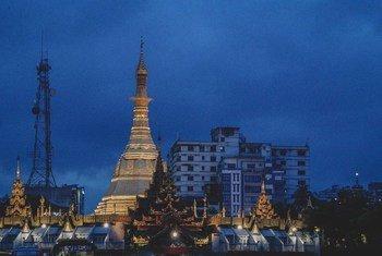 Una pagoda en la madrugada de Yangon, en Myanmar.