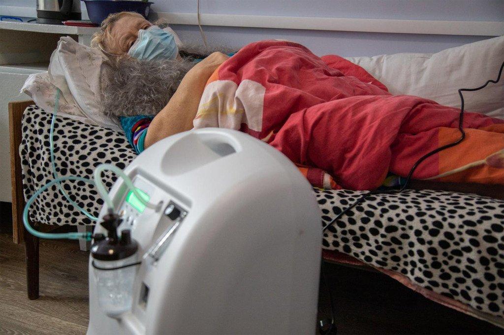 Pichani, Antonina mwenye umri wa miaka 58, akihaha kupumua huku homa ikiwa juu wakati alipogundua kuwa ana COVID-19. Mitungi ya oksijeni iliyosambazwa na UNICEF Ukraine iliokoa maisha yake.