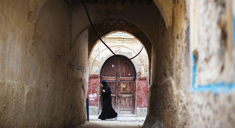 سيّدة تسير في البلدة القديمة في طرابس بليبيا.