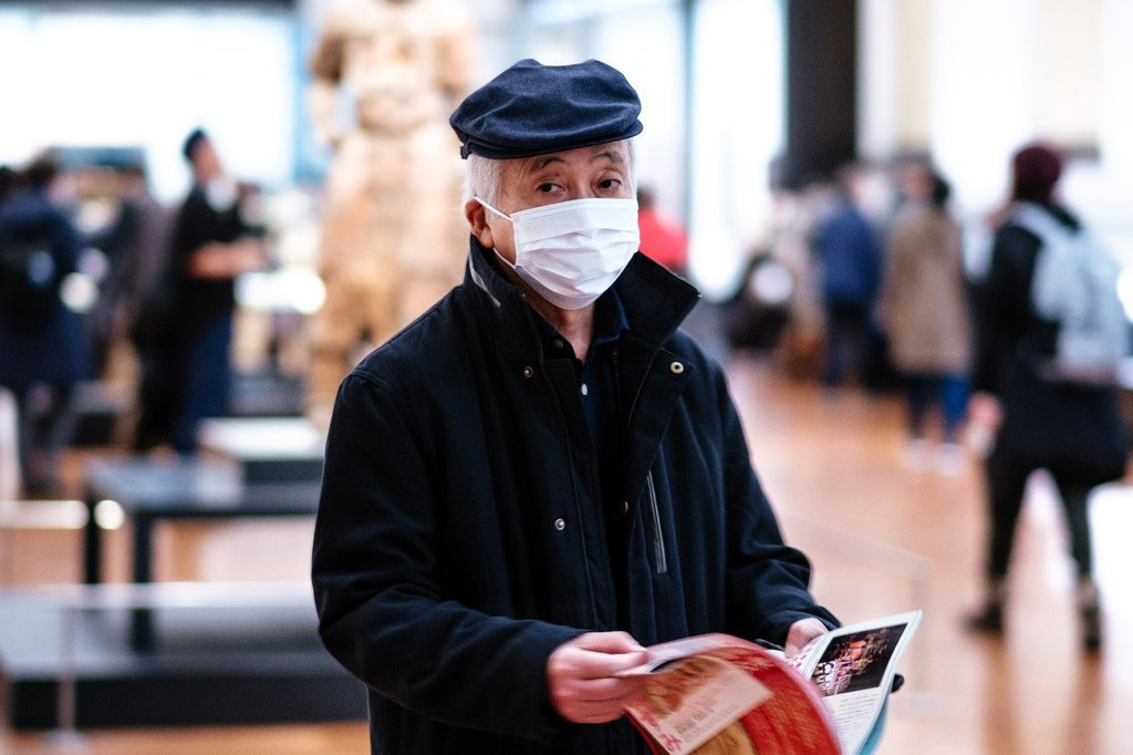Un visiteur porte un masque au Musée national de Tokyo, au Japon. Le Japon a signalé 946 cas, dont des passagers du navire de croisière Diamond Princess, au 29 février, heure locale.