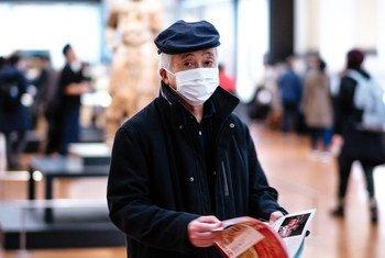 东京国立博物馆内,一名参观者戴着口罩。