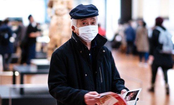 Visitante usa máscara no Museu Nacional de Tóquio, no Japão.