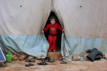 一个住在叙利亚西北部境内流离失所者营地的孩子。