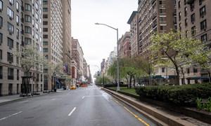 由于冠状病毒大流行,纽约市通常繁忙的公园大道基本上无人光顾,人们都呆在家里。
