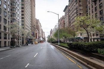 A normalmente movimentada Park Avenue da cidade de Nova Iorque deserta com pessoas em casa devido à pandemia de coronavírus.