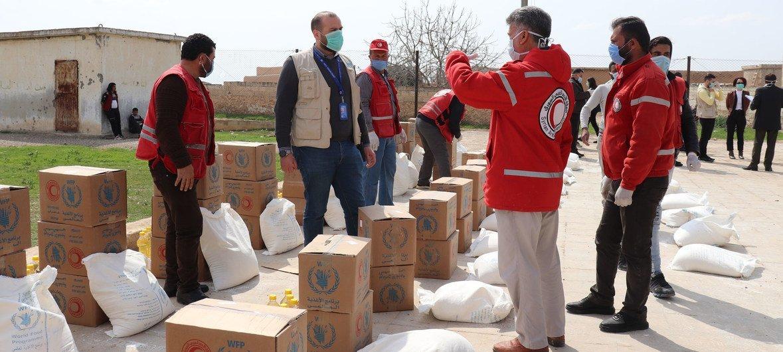 世界粮食计划署正在与叙利亚阿拉伯红新月会合作,向阿勒颇附近的代尔·哈弗尔最脆弱的人们分发食物,并确保他们了解如何防范2019冠状病毒大流行。