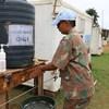 Les Casques bleus en République démocratique du Congo se lavent les mains pour prévenir la propagation du coronavirus.