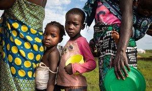 Familias siniestradas por el ciclón Eloísa hacen cola para recibir asistencia alimentaria en Beira; Mozambique.