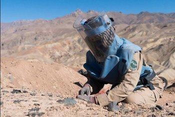 Une femme démineuse au travail à Bamyan, en Afghanistan.