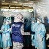 Um especialista em prevenção e controle de infecção da OMS aconselha enfermeiras em uma unidade de saúde no campo de Kutupalong sobre como fornecer cuidados seguros a pacientes com Covid-19 sem se exporem ao vírus.
