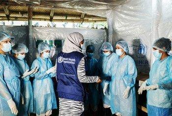 बांग्लादेश के कुटुपलाँग में एक स्वास्थ्य केन्द्र पर, विश्व स्वास्थ्य संगठन (WHO) की एक संक्रमण रोकथाम विशेषज्ञ, नर्सों को प्रशिक्षण देते हुए.
