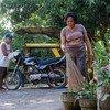 疫情期间,菲律宾南部南哥打巴托省的妇女。