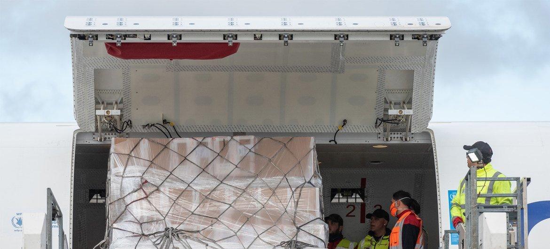 Un avion du PAM transportant près de 16 tonnes de fournitures comprenant des masques et des gants pour les pays d'Afrique de l'Ouest du Burkina Faso et du Ghana