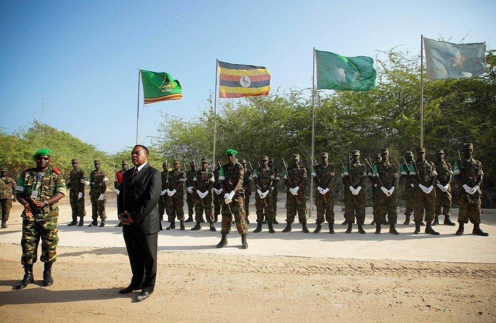 Augustine Mahiga, (katikati) Mwakilishi Maalum wa Katibu Mkuu wa UN nchini Somalia akizungumza na wanajeshi kutoka ujumbe wa Muungano wa Afrika Somalia, AMISOM, kwenye makao makuu Mogadishu, 24 Januari  2012.