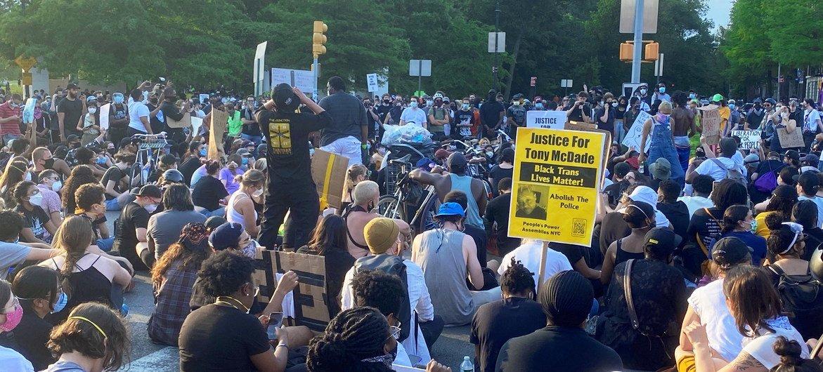 अमेरिका में पुलिस क्रूरता के ख़िलाफ़ बहुत से शहरों में प्रदर्शन हुए हैं, इनमें न्यूयॉर्क सिटी के ब्रुकलिन इलाक़े में हुए एक ऐसे ही शान्तिपूर्ण विरोध प्रदर्शन का दृश्य.