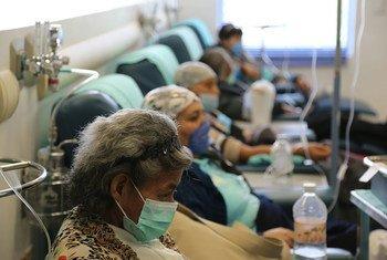 Mulheres com câncer recebendo tratamento em hospital da Cidade do México