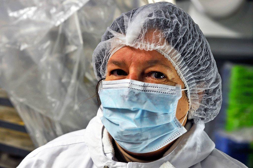 عاملة في مطبخ بمستشفى في فرنسا تعد وجبات الطعام للمرضى.