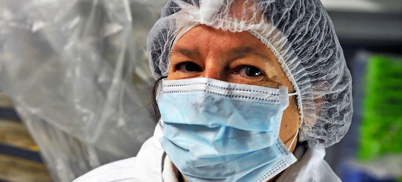 Esta mujer trabaja en la cocina de un hospital en Francia.