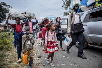 Des personnes évacuées de Goma en raison du danger d'une nouvelle éruption volcanique arrivent à Sake, dans la province du Nord-Kivu en RD Congo.