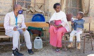 أم نزحت من المناطق الغربية في تيغراي تتحدث مع أحد العاملين في منظمة اليونيسف في بلدة ميكيلي.