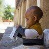 طفل يبلغ من العمر سبعة أشهر في غرب تيغراي يتناول بسكويت عالي الطاقة لتعزيز مستويات التغذية لديه.