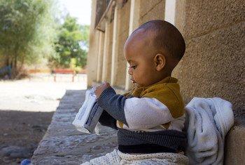 Un niño de siete meses habitante del Tigray come galletas de alto contenido calórico para aumentar su nutrición.