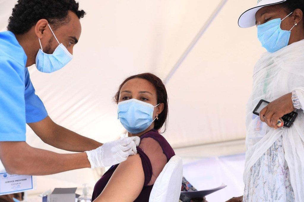 Une médecin reçoit une vaccination contre la Covid-19 à l'hôpital Eka Kotebe en Éthiopie