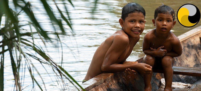 ऐमेज़ोन क्षेत्र में आदिवासी समुदाय के बच्चे.