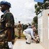Le 1er septembre 2019, le Secrétaire général de l'ONU, António Guterres, dépose une couronne de fleurs pour les Casques bleus de la MONUSCO tombés au combat à Mavivi, dans l'est de la République démocratique du Congo.