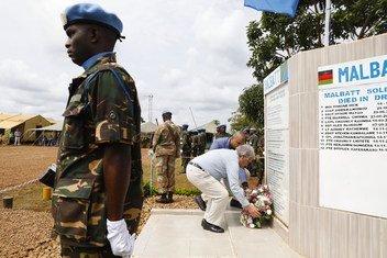 यूएन  शांतिरक्षकों को श्रृद्धांजलि देते हुए महासचिव एंतोनियो गुटेरेश.