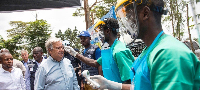 El Secretario General de las Naciones Unidas, António Guterres, visita un centro de tratamiento de ebola en la región oriental de la República Democrática del Congo el 1 de septiembre de 2019.