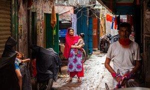 Una mujer con su hjo en Dhaka, Bangladesh. Muchas madres han perdido sus medios de vida por el COVID-19.