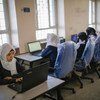 也门萨那省的一所中学的学生们在使用联合国儿童基金会提供的笔记本电脑。