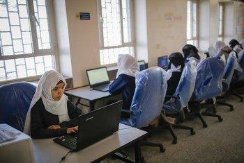 طالبات يستخدمن أجهزة الكمبيوتر الشخصية التي زودتهم بها منظمة اليونيسف في مدرسة ثانوية في محافظة صنعاء.
