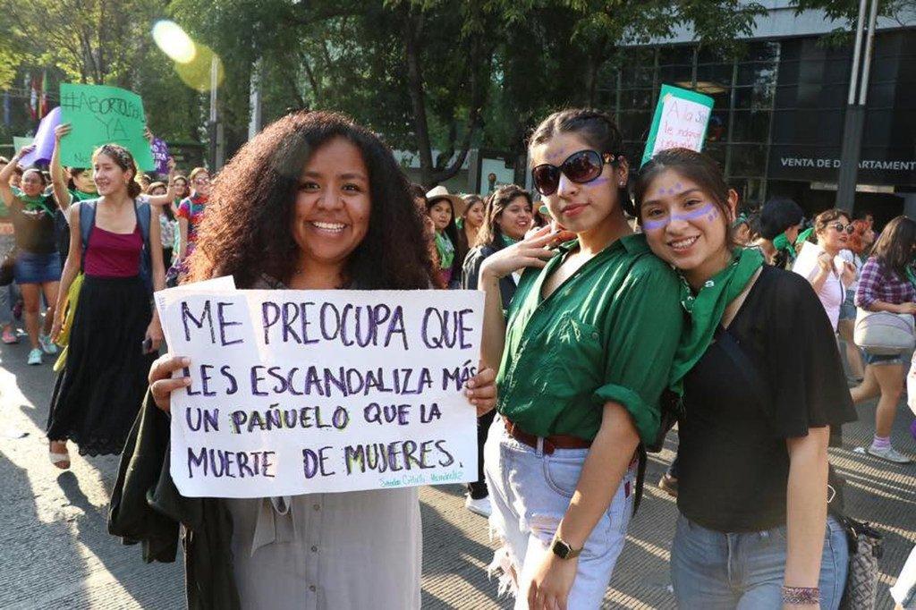 María Celeste Sánchez Sugía, con la pancarta, asiste a una manifestación por el Día Internacional de la Mujer, que se celebra el 8 de marzo.