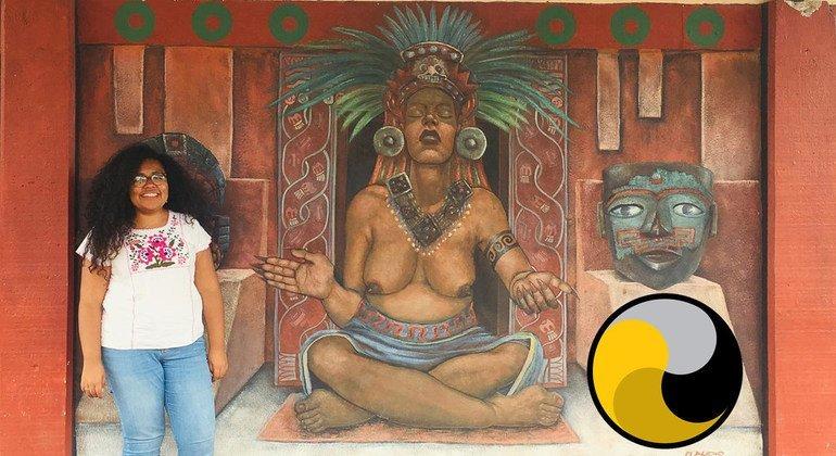 María Celeste Sánchez Sugía posa frente a una pintura de Mayahuel, diosa nahua del maguey, en Teotihuacán, Estado de México, el 10 de septiembre de 2019.