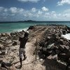 Aux Seychelles, des efforts sont entrepris pour améliorer la protection des côtes contre les inondations causées par les tempêtes et l'élévation du niveau de la mer due au changement climatique.