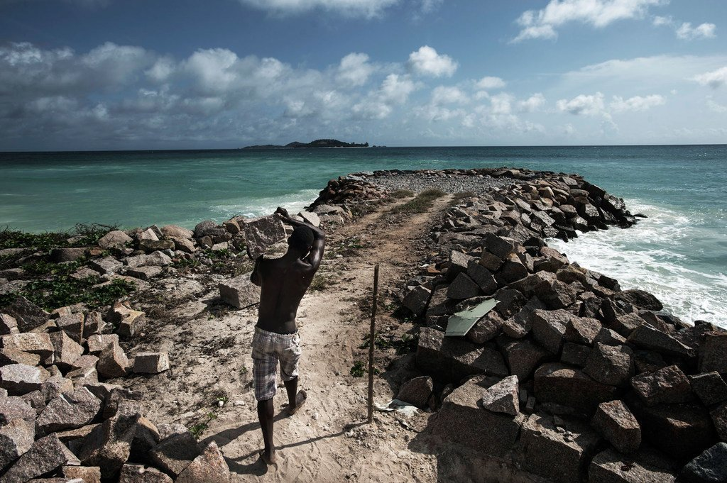Seychelles está trabajando para mejorar la protección del litoral frente a las inundaciones causadas por las tormentas y la subida del nivel del mar debida al cambio climático.