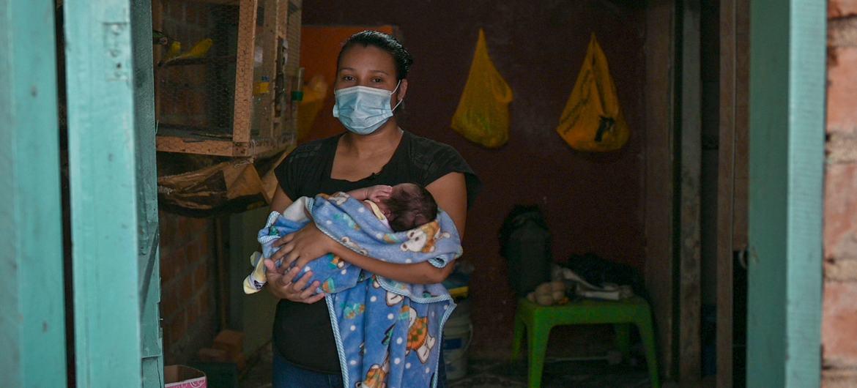 Una mujer indígena con su hijo en Nariño (Colombia). En América Latina, los pueblos indígenas se encuentran entre la población más pobre.
