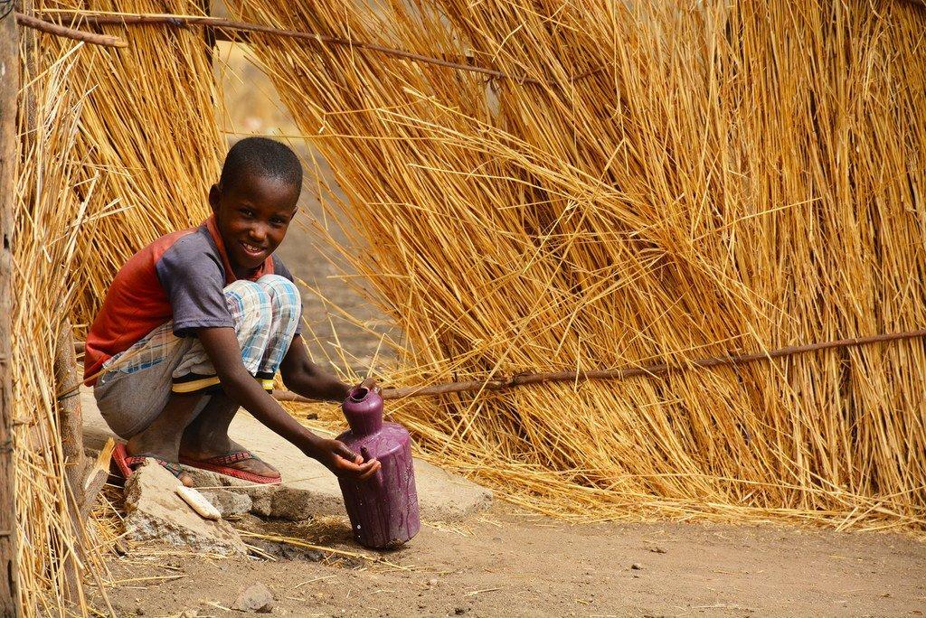 Dans l'État du Nil bleu, au Soudan, un garçon se lave les mains dans un village où l'UNICEF encourage de bonnes pratiques d'hygiène (archive)