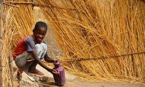 Dans l'État du Nil bleu, au Soudan, un garçon se lave les mains dans un village où l'UNICEF encourage de bonnes pratiques d'hygiène.