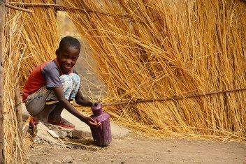 صبي يغسل يديه في قرية في ولاية النيل الأزرق، السودان، حيث تعمل اليونيسف على تشجيع ممارسات النظافة الشخصية الجيدة.