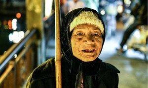 一名年长的妇女在越南会安划着船出售五颜六色的纸灯笼和蜡烛。