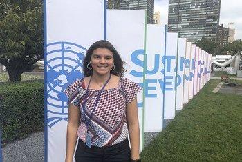 منّة الميداني، من مصر، متدربة في قسم الأخبار، أمام مقرّ الأمم المتحدة في نيويورك